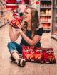 jeune femme dans une allée de supermarché